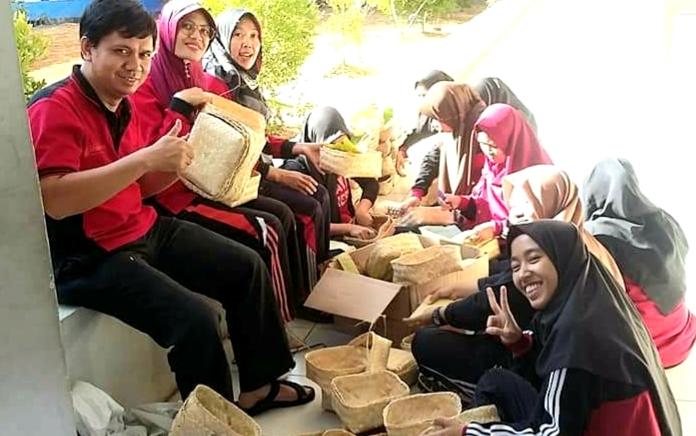 Kurangi Sampah Plastik,  Labschool UNNES Bagikan Daging Kurban dengan Besek Bambu
