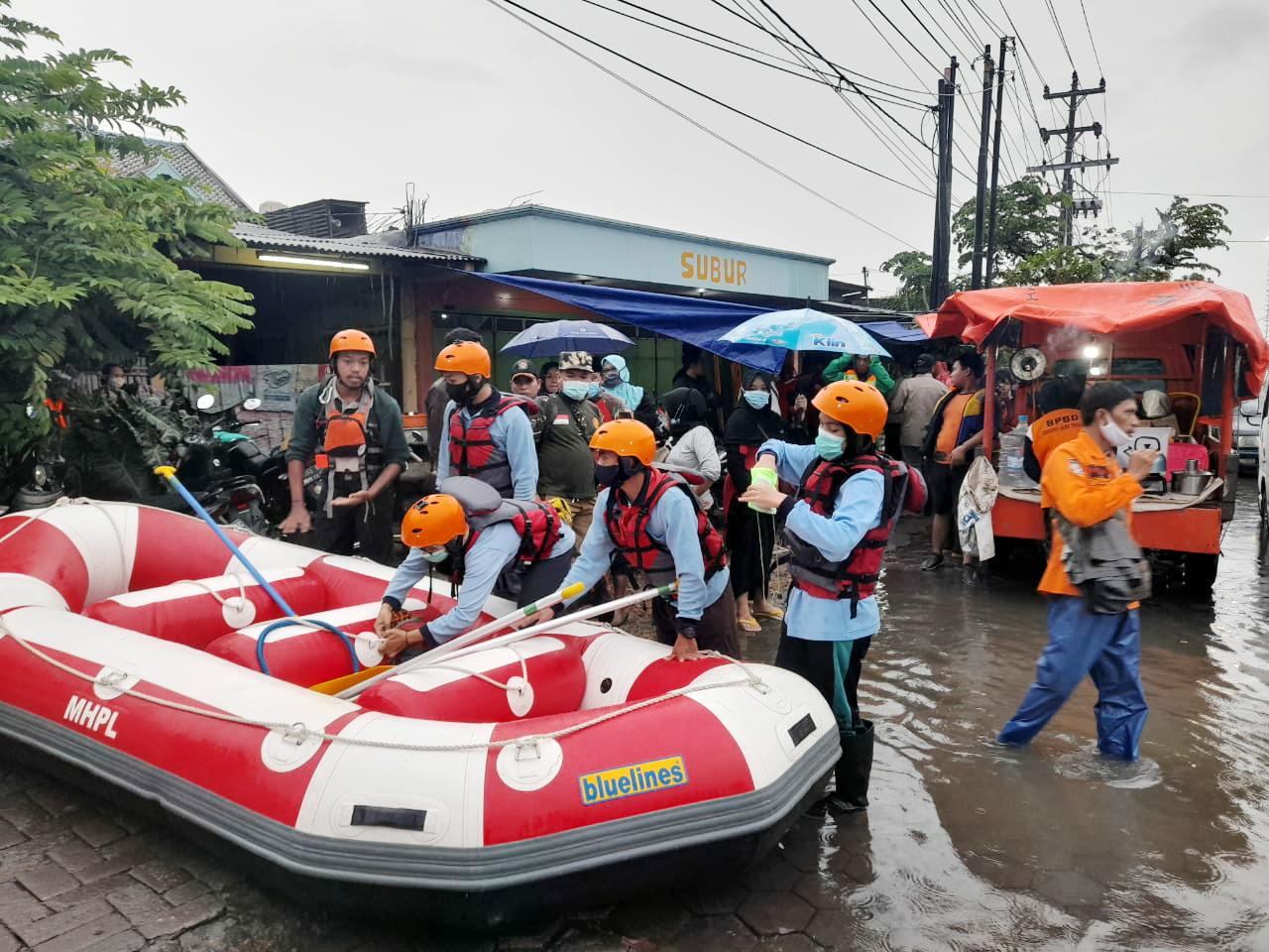 Semarang Banjir, MAHAPALA  UNNES Ikut Serta Lakukan Evakuasi dan Distribusi Logistik