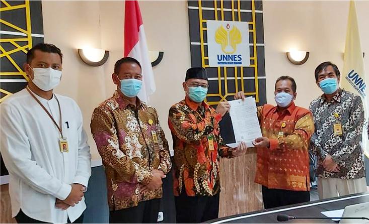 Rektor UNNES Serahkan Enam SK Guru Besar