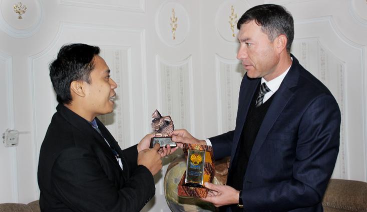 Mengajar di Uzbekistan, Dosen UNNES Kembangkan Pojok Indonesia