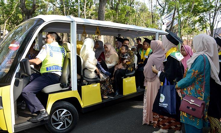 Kurangi Kepadatan Di lokasi Wisuda, Lima Mobil Listrik Antar Wisudawan dan Orang Tua