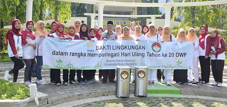 Dharma Wanita UNNES Bersih-Bersih Lingkungan