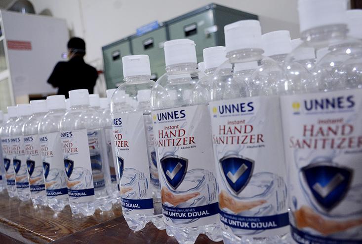 UNNES Produksi dan Distribusikan Hand Sanitizer dan Masker.