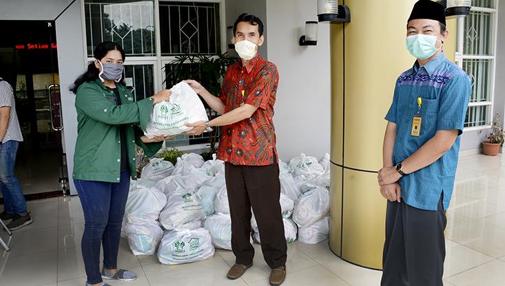 UNNES Bagikan 2.073 Paket  Sembako Bagi mahasiswa yang masih tinggal di Kost