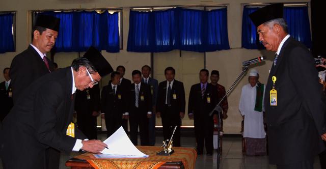 Prof Agus Nuryatin Dilantik sebagai Dekan FBS