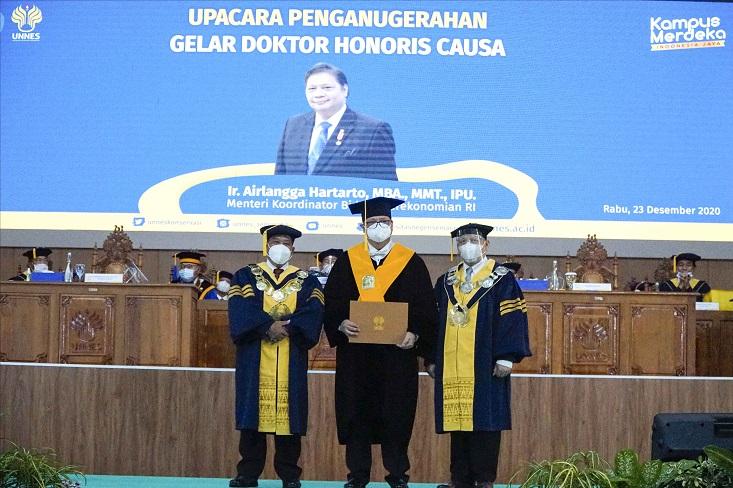 Hadir dalam Penganugerahan Doktor Honoris Causa Menko Perekonomian, Presiden Jokowi Sampaikan Selamat