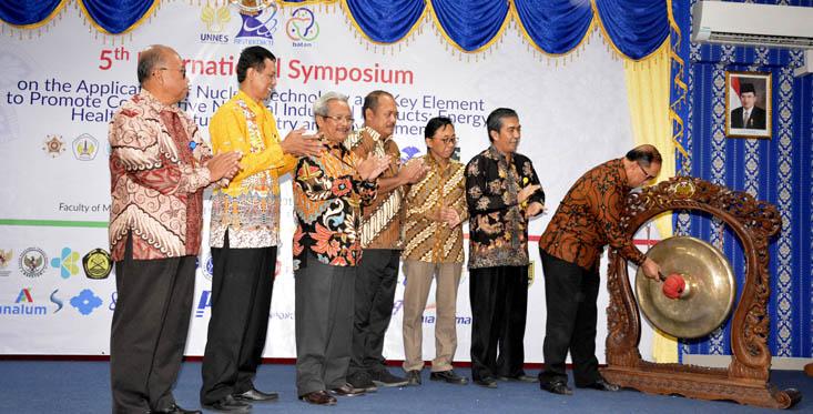 International Symposium FMIPA Diikuti Delapan Negara