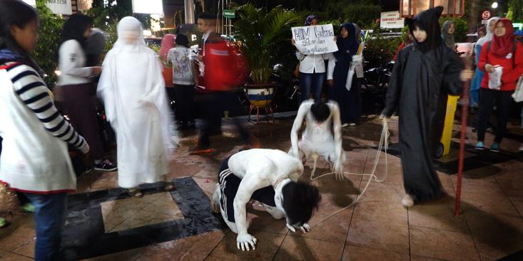 Sosialisasikan Bahaya AIDS, Mahasiswa Unnes Performance di Simpang Lima