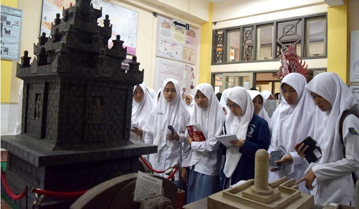 Pelajari Sejarah, Siswa MA Ma'ahid Kudus Kunjungi Museum Mini Jurusan Sejarah UNNES