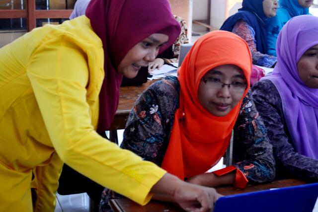 Mahasiswa Unnes Latih Guru Maksimalkan Power Point