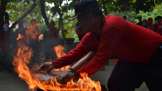 Mahasiswa IKM Dilatih Padamkan Kebakaran