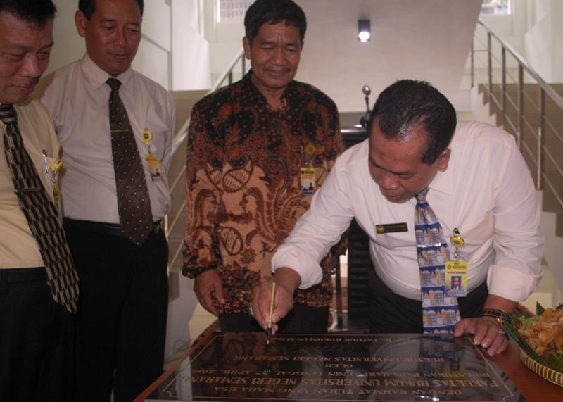 Rektor Resmikan Gedung Dekanat FH