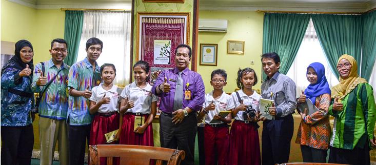 Dengan Cekatan, Wartawan Cilik Labschool UNNES Wawancarai Rektor UNNES