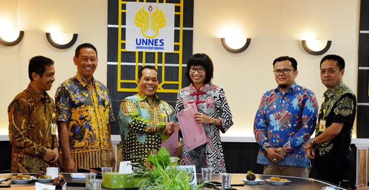 Rektor UNNES Serahkan SK Kepala Kantor Urusan Internasional dan Staf Ahli Bidang Kerjasama Luar Negri