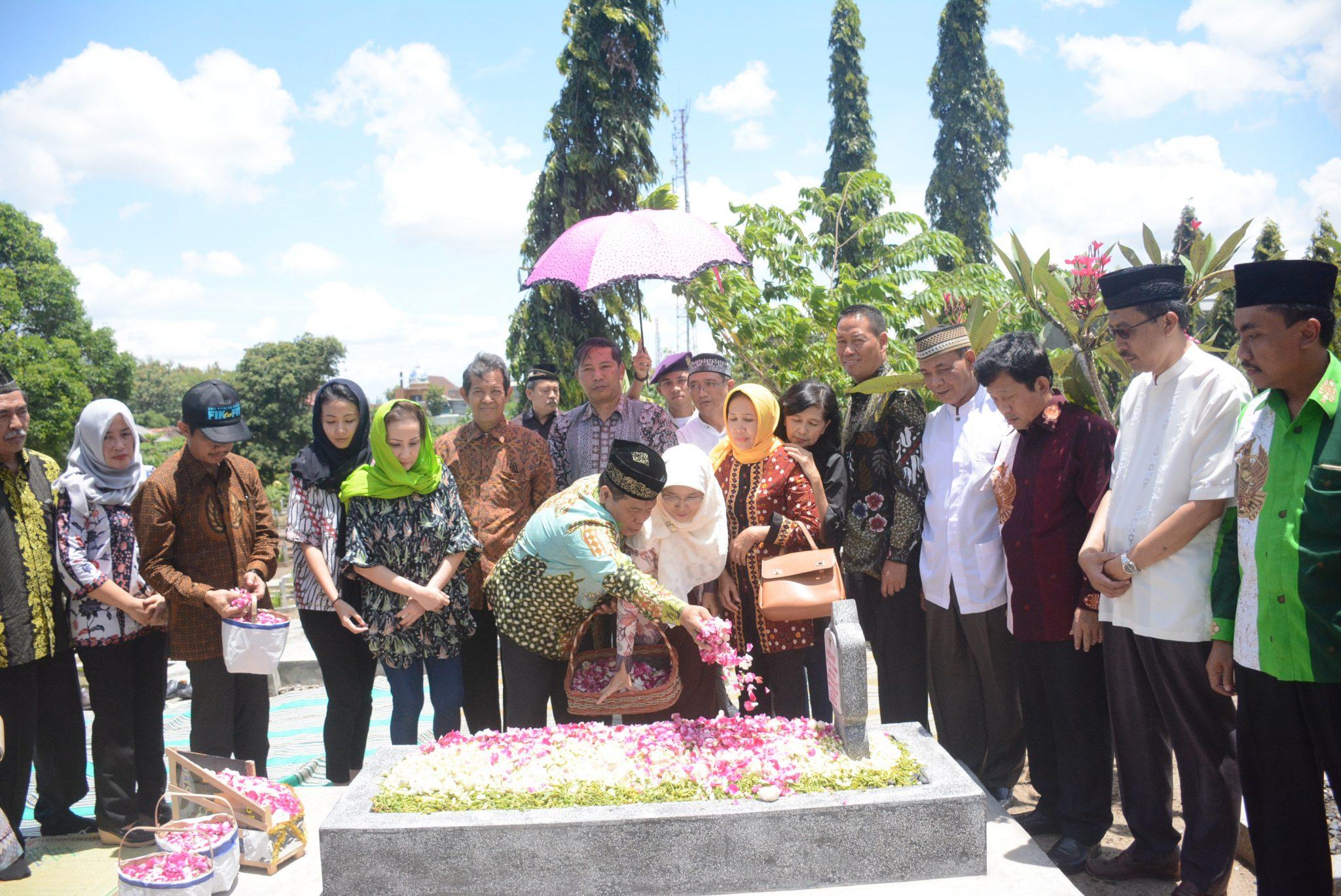 Syukuri Dies Natalis ke 53, Pimpinan UNNES Ziarah ke Makam Prof Drs Wuryanto dan Mayjen Moenadi