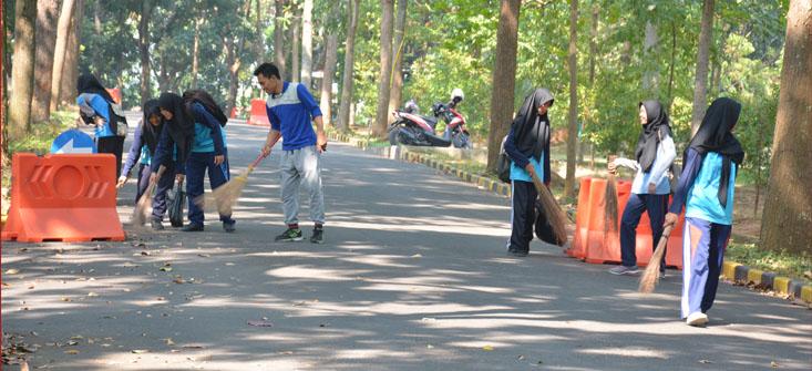 Tumbuhkan Jiwa Konservasi, Mahasiswa Baru FMIPA UNNES Lakukan Kebersihan Lingkungan