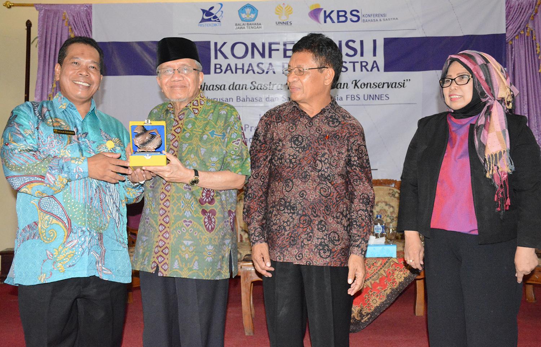 Konferensi Bahasa dan Sastra bersama Taufik Ismail