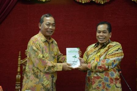 """Pacu Publikasi Internasional, UNNES Luncurkan Buku """"Tiga Pilar Konservasi"""""""