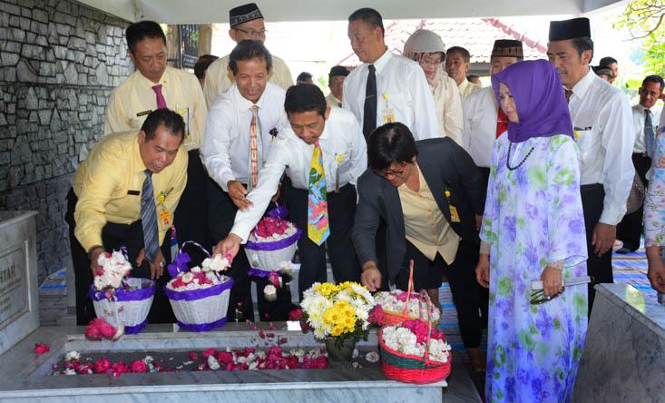 Rektor dan Pimpinan Ziarah ke Makam Pendahulu UNNES