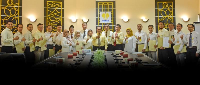 Rektor UNNES Serahkan SK Staf Ahli