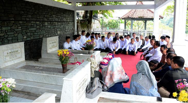 Rektor dan Pejabat UNNES Ziarahi Makam Leluhur