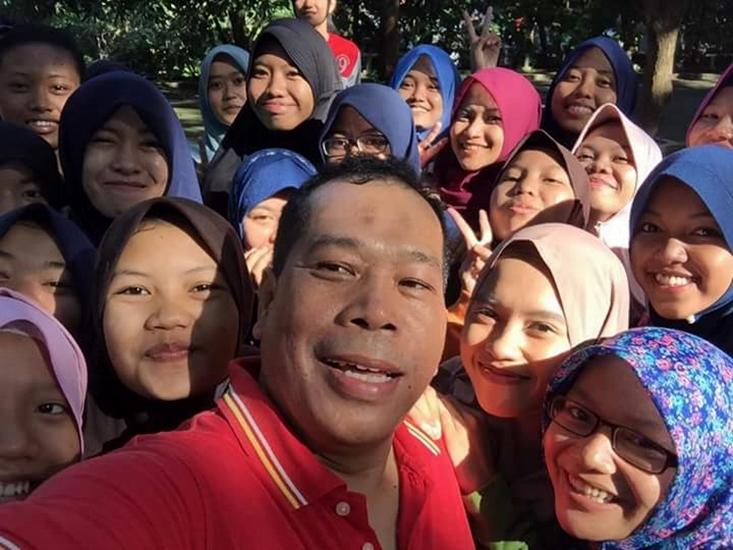 Di Pasar Krempyeng Unnes, Rektor Selfie Bareng Mahasiswa