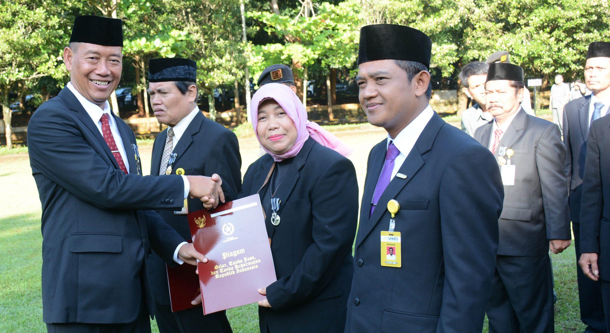 Hardiknas 2019, 80 Pegawai UNNES Mendapatkan Satyalancana Karya Satya