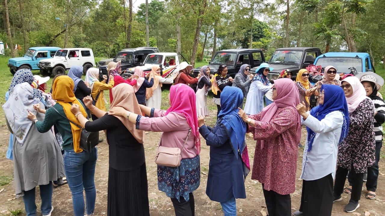 Tingkatkan Kebersamaan, DWP UNNES Adakan Outbond di Malang