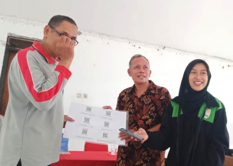Mahasiswa KKN UNNES Ciptakan Barcode sebagai Penamaan Taman Toga di Kelurahan Plombokan, Semarang
