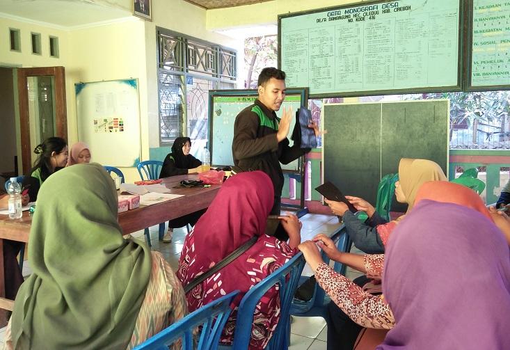Tim KKN Kerjasama UNNES, UNY, dan UNJ, Inovasikan Tas Cantik dari Kantong Kresek