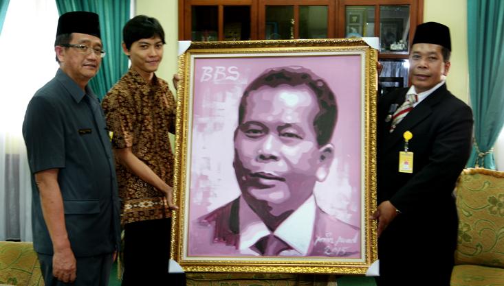 Hari Sumpah Pemuda, Rektor Unnes Dapat Kado Lukisan