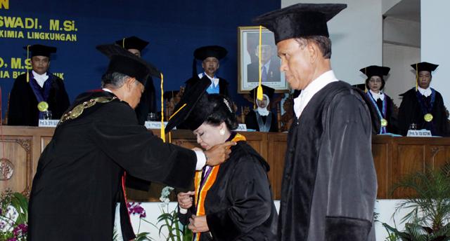 Siti Sundari dan Supartono Guru Besar Baru FMIPA