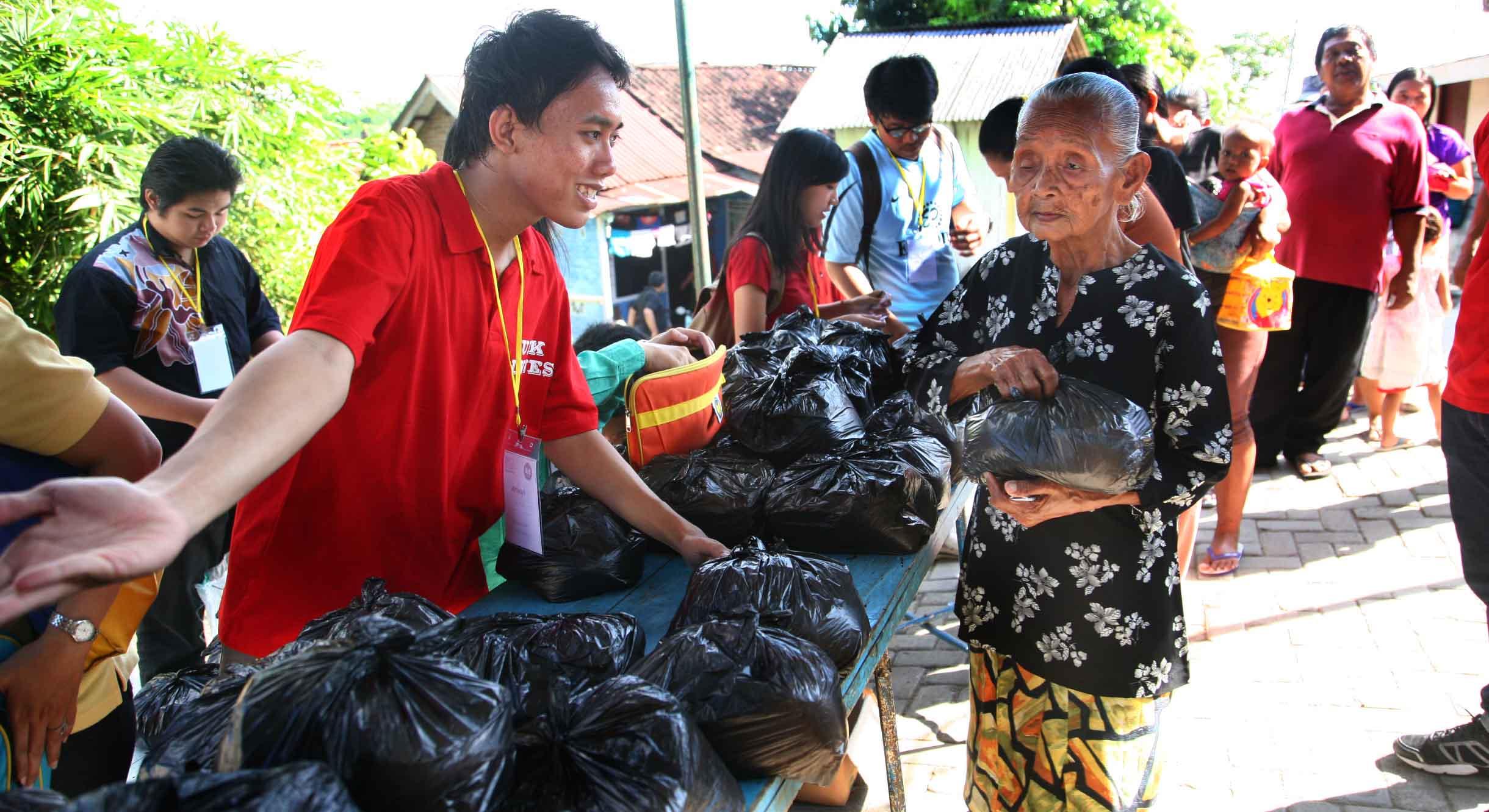 Unnes Bakti Sosial di Kelurahan Sukorejo dan Sekaran
