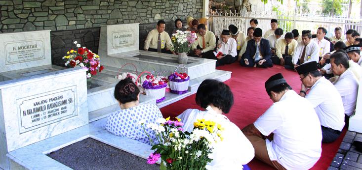 Keluarga Besar Unnes Ziarah ke Makam Mochtar
