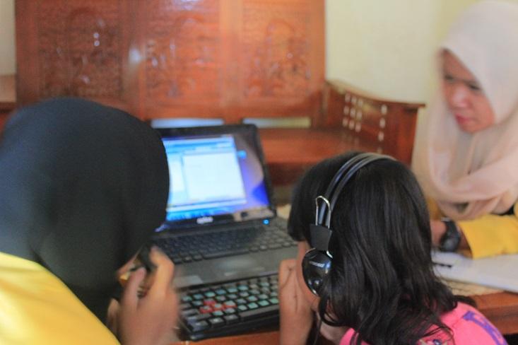 Tim PKM UNNES Latih Siswa Difabel Netra dan Low Vision Operasikan Komputer