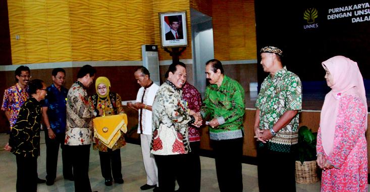 Canda Ria Warnai Pertemuan Temu Kangen Purnakarya dengan Unsur Pimpinan Unnes