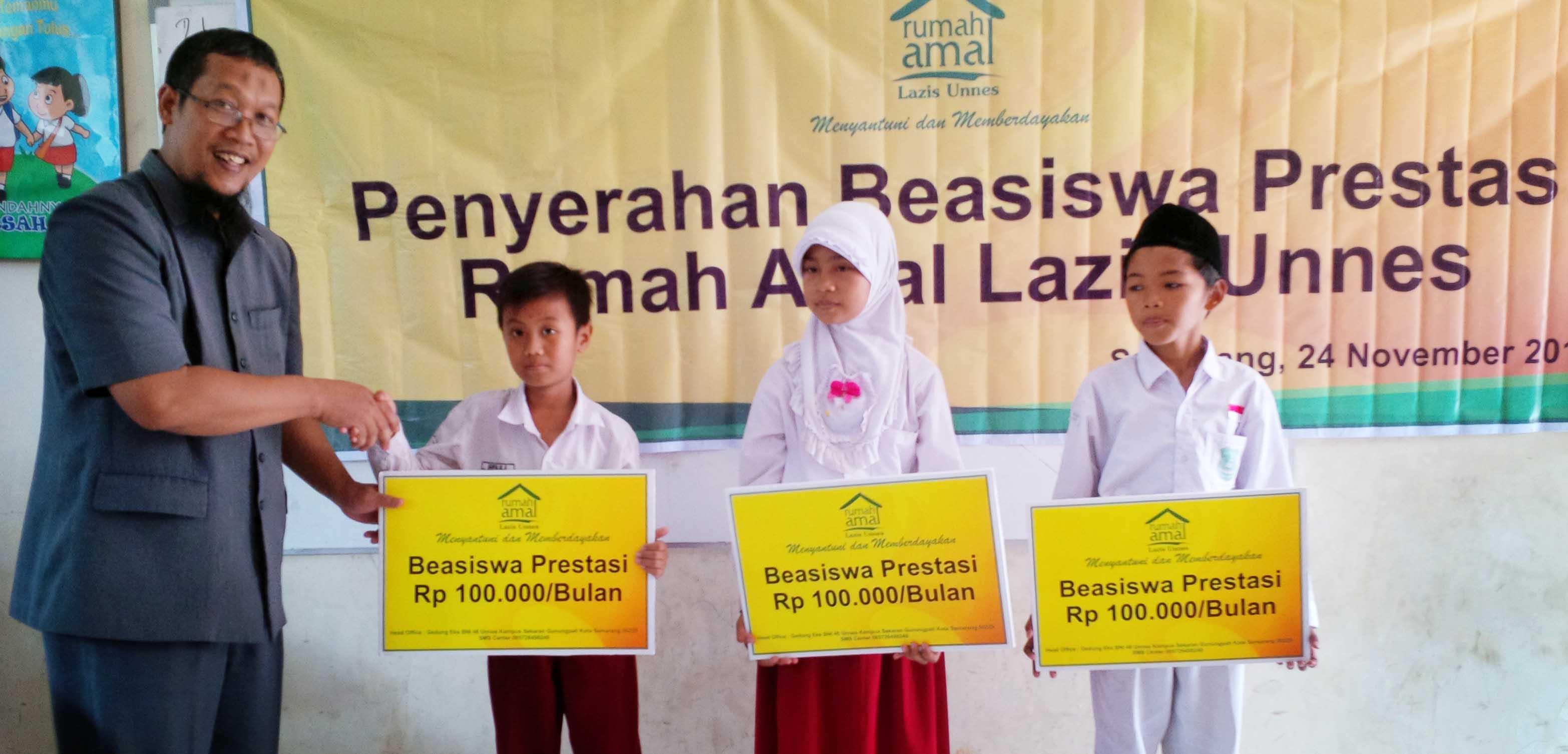 Rumah Amal Lazis Unnes Berikan Beasiswa Prestasi