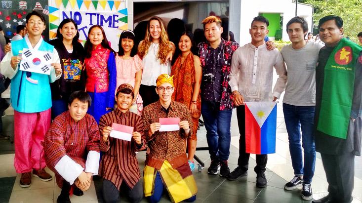Mahasiswa Manajemen FE UNNES Kenalkan Budaya Indonesia di Kolombia
