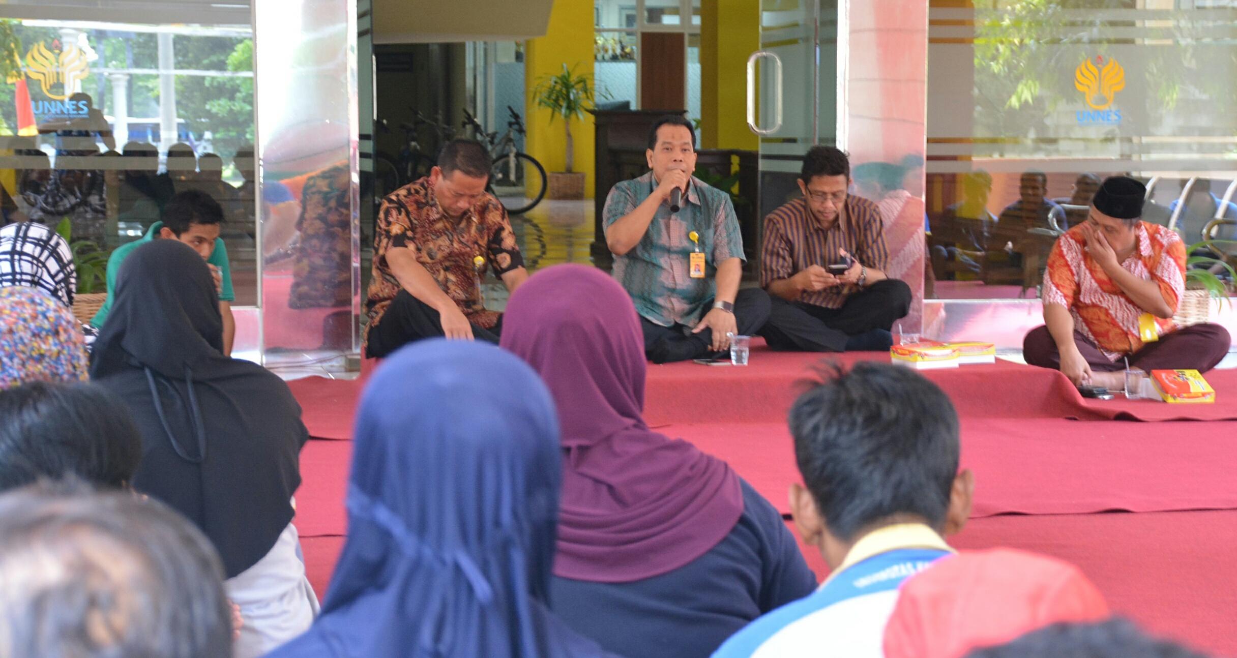 Kebersamaan Rektor UNNES Makan Siang  Bersama Petugas Kebersihan
