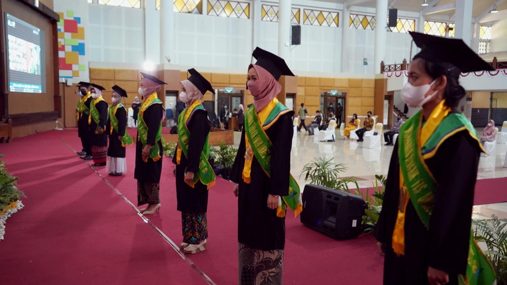 Wisuda ke-106, Rektor UNNES; Jadilah Pribadi Unggul dan Solutif