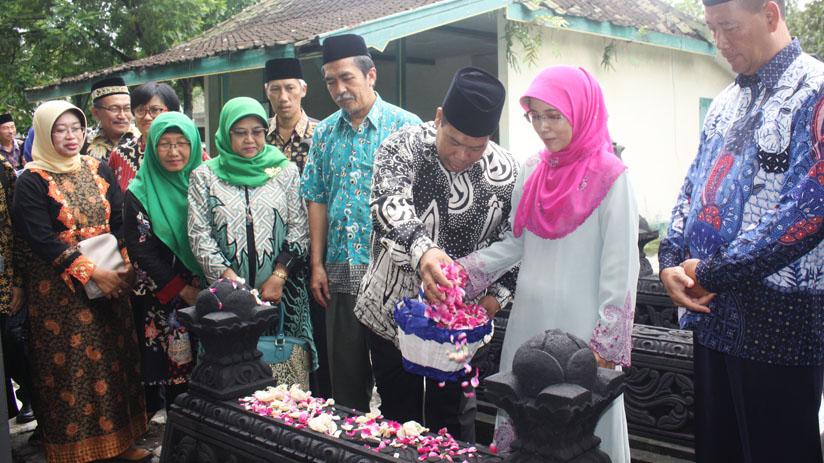 Kenang Para Pendahulu, Rombongan UNNES Sambangi Makam Prof Wuryanto dan Mayjen Moenadi