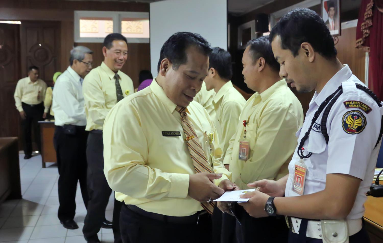Rektor Serahkan 56 SK Tenaga Non-PNS Unnes 2015,