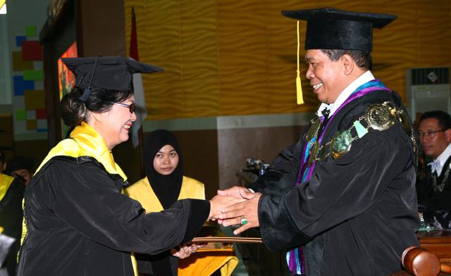 Wisuda 1.764 Lulusan, Rektor Ingatkan Konektivitas Komunitas ASEAN