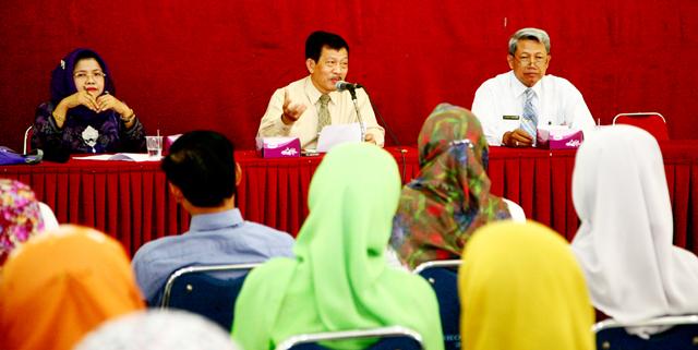 Pembantu Rektor II Serahkan SK CPNS kepada 44 Pegawai