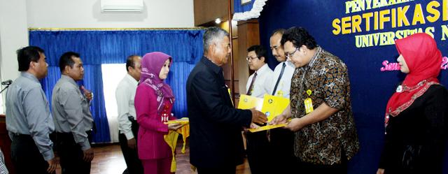 Rektor Serahkan 224 Sertifikasi Dosen