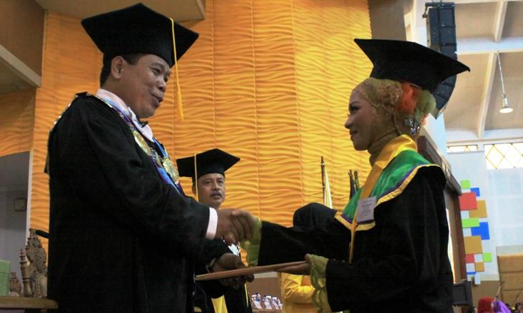 Firna Larasanti Diwisuda Bersama 1.460 Mahasiswa UNNES