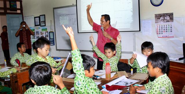 Prof Sugiyo Bimbing Siswa SD Meraih Cita-Cita