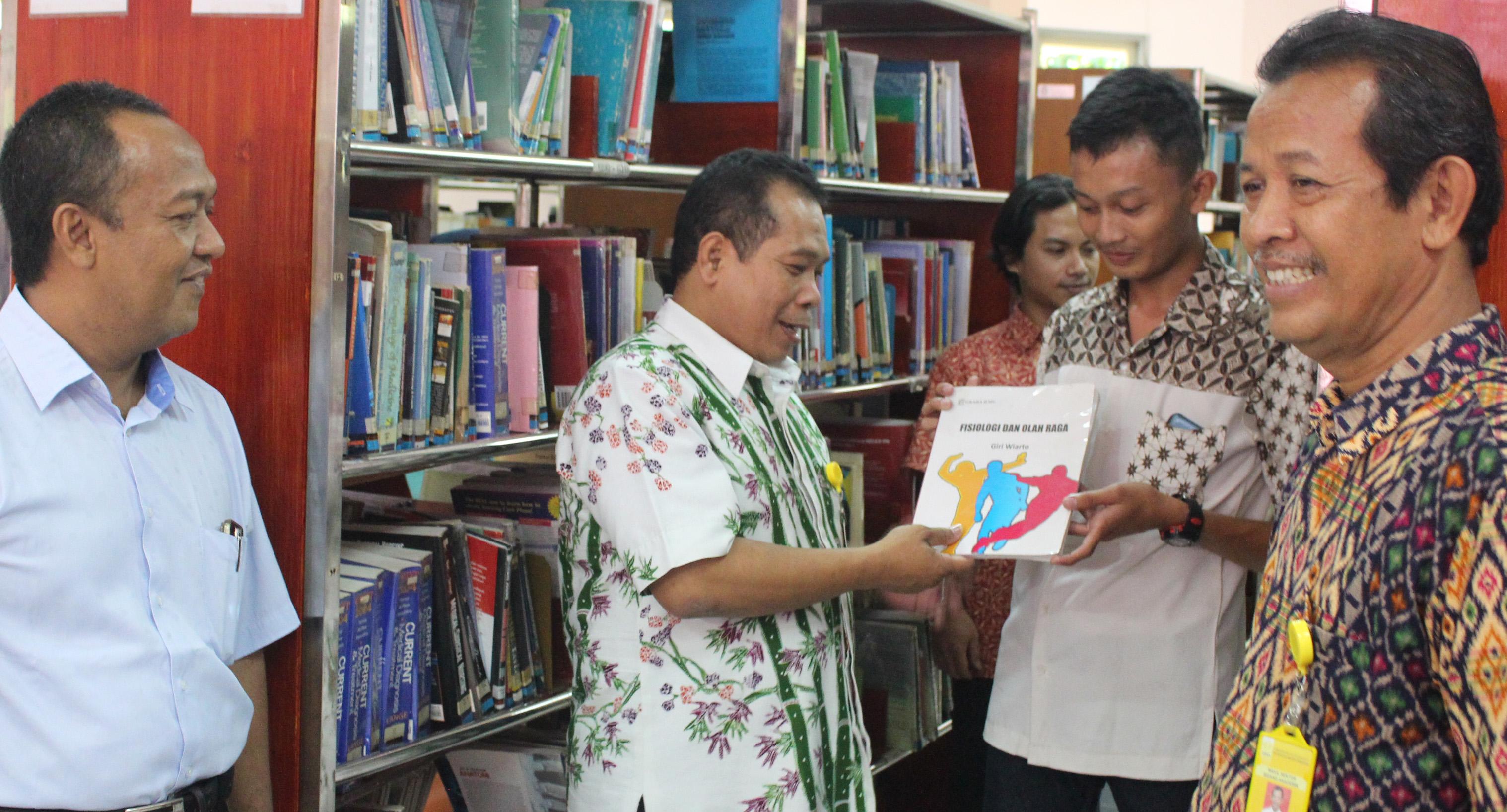 Memacu Seluruh Elemen Akademik, Pimpinan UNNES Lakukan MONEV di Perpustakaan