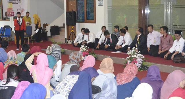 """Melalui """"Ngopi Sore"""", Rektor dan Mahasiswa Dialogkan Dinamika Kampus"""