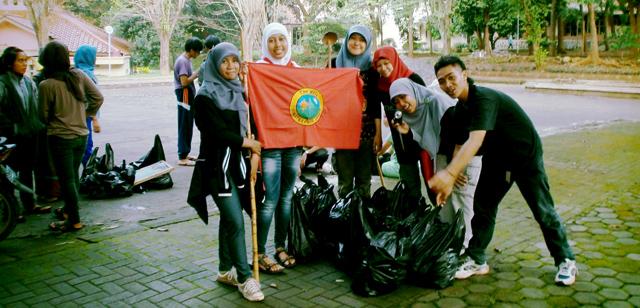 Mahasiswa Matematika Bersih-bersih Kampus